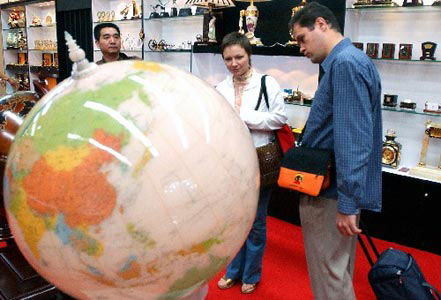 Foreign buyers purchase goods in Yiwu Fair